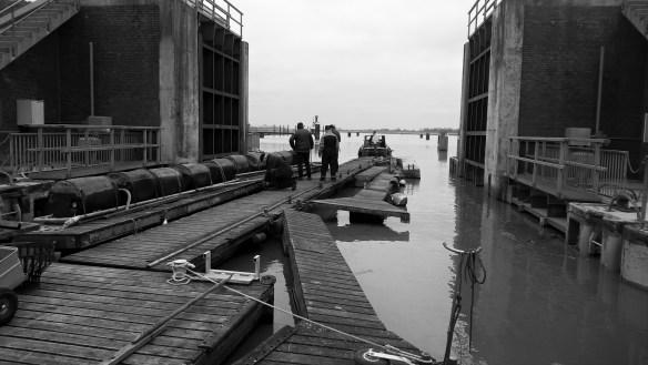 Ausschimmen der Steganlage Segelclub Oldersum aus der Schleuse Oldersum