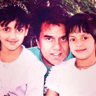 An Old Picture of Esha Deol With Her Father and Sister