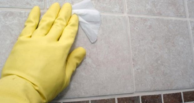 cleaning_mould_from_tiles