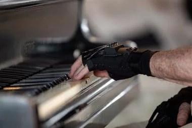 Los guantes de neoprene y fibra de carbono que usa Joäo Carlos Martins para volver a tocar el piano