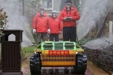 Un robot teledirigido esparce desinfectante por las calles