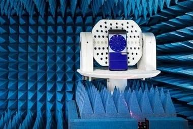 Un móvil en un giroscopio que lo tirará de forma repentina. La prueba sirve para comprobar que la cámara desplegable se cierre cuando se detecta una caída