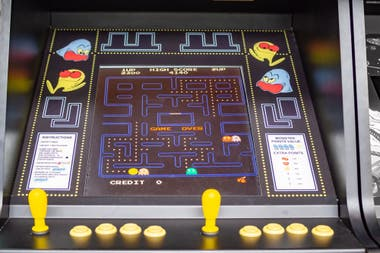 Una arcade original de Pac-Man para jugar en un salón de fichines, en el Museo de Ciencia y Tecnología de Cataluña
