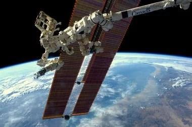 El dispositivo que busca fugas de amoníaco (el refrigerante de la Estación Espacial) enganchado al brazo robot Canadarm2
