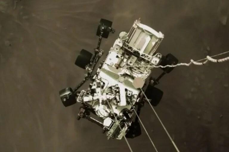 Tras su llegada a Marte, el jueves pasado, la NASA está difundiendo nuevas imágenes -esta vez, a color- del rover Perseverance. Esta imagen es de su descenso inicial