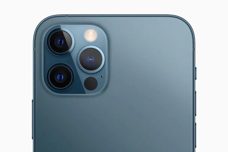 Las cámaras del iPhone 12 Pro: una lente normal, otra gran angular y un zoom 2x, todos de 12 megapixeles