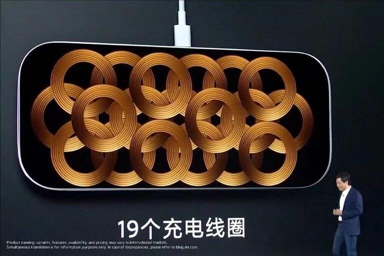 19 bobinas en la base de carga de Xiaomi; la compañía dice que logró resolver el problema de sobrecalentamiento durante su uso que frenó a Apple frente a un diseño similar