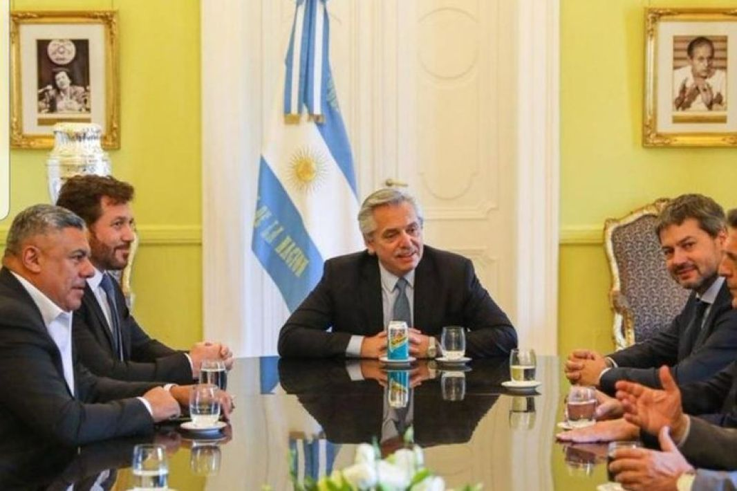 El presidente Alberto Fernández junto con Alejandro Domínguez, titular de Conmebol, Claudio Tapia, de AFA, Matías Lammens, Ministro de Turismo y Deporte, y Sergio Massa, presidente de la Cámara de Diputados