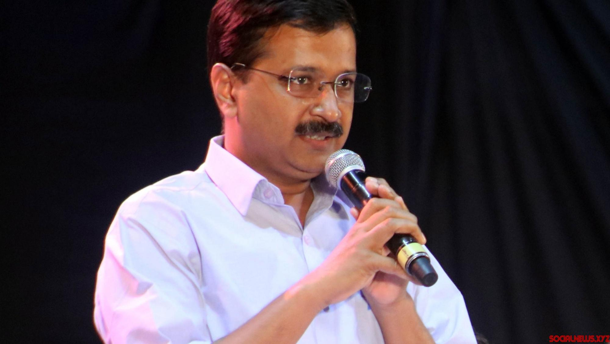 Kejriwal hands over Rs 10L to late Corona warrior's wife