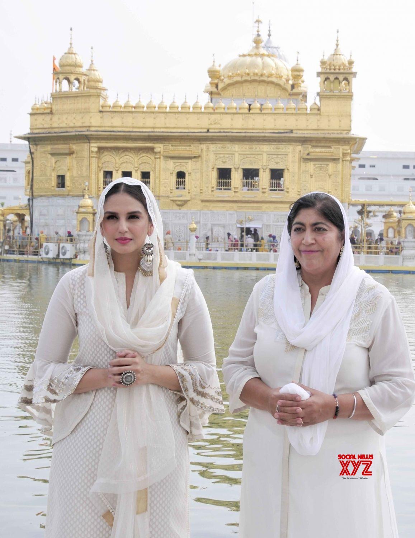 Amritsar: Huma Qureshi, Gurinder Chadha at Golden temple