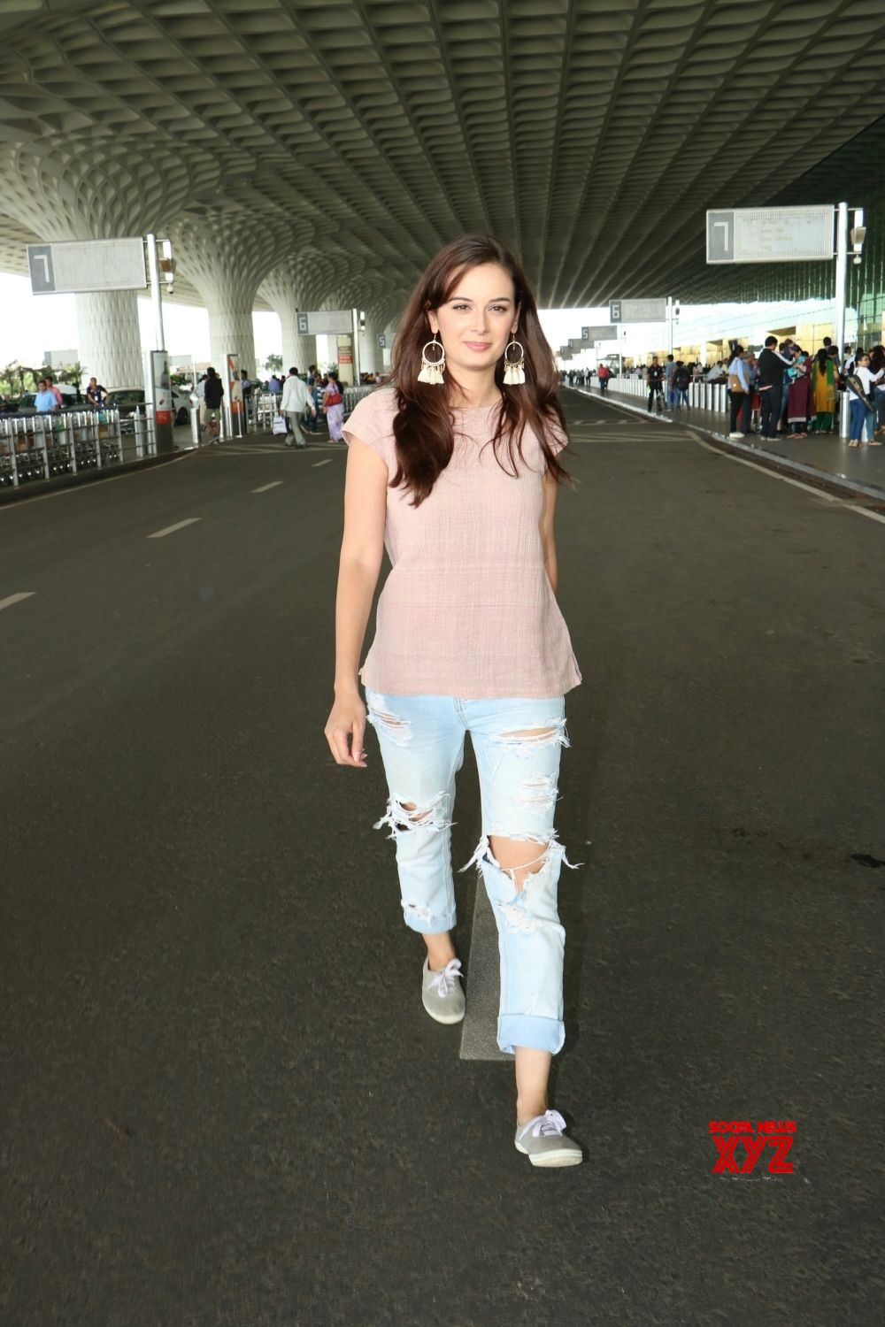Mumbai: Evelyn Sharma spotted at airport