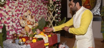 Mumbai: Actor Maniesh Paul offer prayers to Lord Ganesha on the occasion of Ganesh Chaturthi, in Mumbai on Sept 13, 2018. (Photo: IANS)