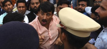 New Delhi: Delhi BJP chief Manoj Tiwari argues with the police during a scuffle with Aam Aadmi Party (AAP) workers at the inauguration of the Signature Bridge over Yamuna river, in New Delhi on Nov 4, 2018. Ahead of the inauguration of the Signature Bridge, BJP and AAP activists clashed, with Manoj Tiwari attacking AAP workers and punching a policeman who intervened.(Photo: IANS)