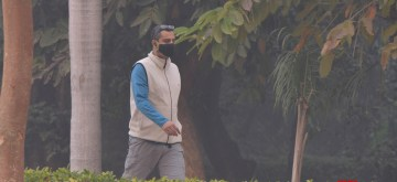 New Delhi: A man wears a mask to protect himself from pollution as smog engulfs New Delhi, on Nov 8, 2018. (Photo: IANS)