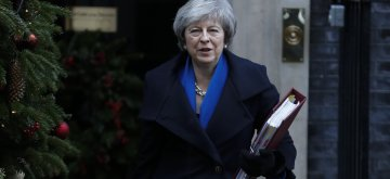 (181219) -- LONDON, Dec. 19, 2018 (Xinhua) -- British Prime Minister Theresa May leaves 10 Downing Street to attend the Prime Minister's Questions in London, Britain on Dec. 19, 2018. (Xinhua/Han Yan)
