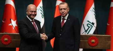 (190104) -- ANKARA, Jan. 4, 2019 (Xinhua) -- Turkish President Recep Tayyip Erdogan (R) and his Iraqi counterpart Barham Salih shake hands during a joint press conference at the Presidential Palace in Ankara, Turkey, on Jan. 3, 2019. Turkey and Iraq would enhance their cooperation in the fight against terrorism, Turkish President Recep Tayyip Erdogan said on Thursday. (Xinhua/Mustafa Kaya)