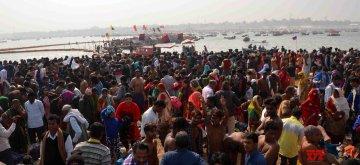 "Prayagraj: Devotees throng Sangam - the confluence of the Ganges, Yamuna and Saraswati rivers to take a holy dip on ""Makar Sankranti"" in Prayagraj , on Jan 14, 2019. (Photo: IANS)"
