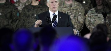(190213) -- WARSAW, Feb. 13, 2019 (Xinhua) -- U.S. Vice President Mike Pence (C) speaks to the troops at a military base in Warsaw, Poland, on Feb. 13, 2019. Pence's visit to Warsaw includes the two-day conference on the Middle East co-organized by the United States and Poland, which kicked off Wednesday afternoon with an official welcome of the participants. (Xinhua/Jaap Arriens)