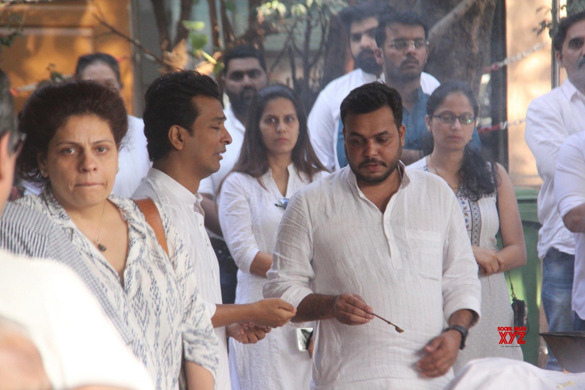 Karisma, Kareena attend Vikram Phadnis mother's prayer meet