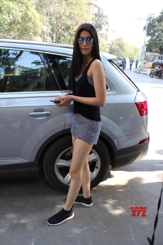 Mumbai: Kriti Sanon seen at Juhu #Gallery
