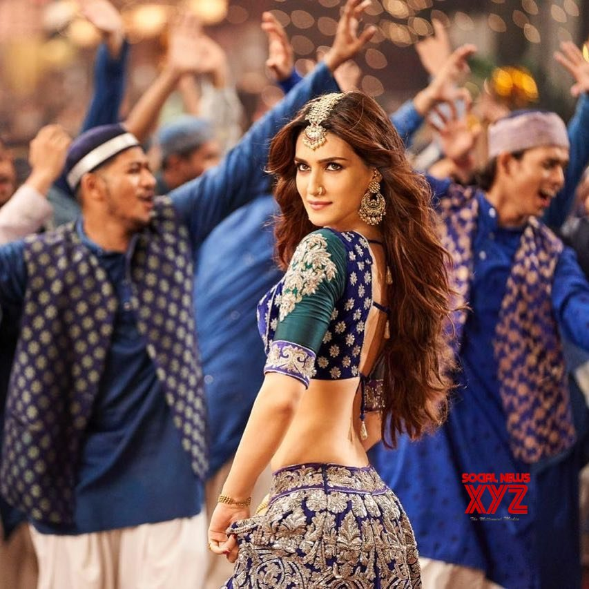 Actress Kriti Sanon Hot Stills From Aira Gaira Song From Kalank