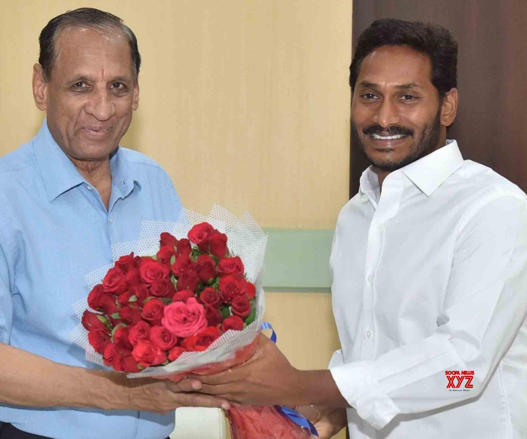 Hyderabad: Y.S. Jagan Mohan Reddy meets E. S. L. Narasimhan #Gallery