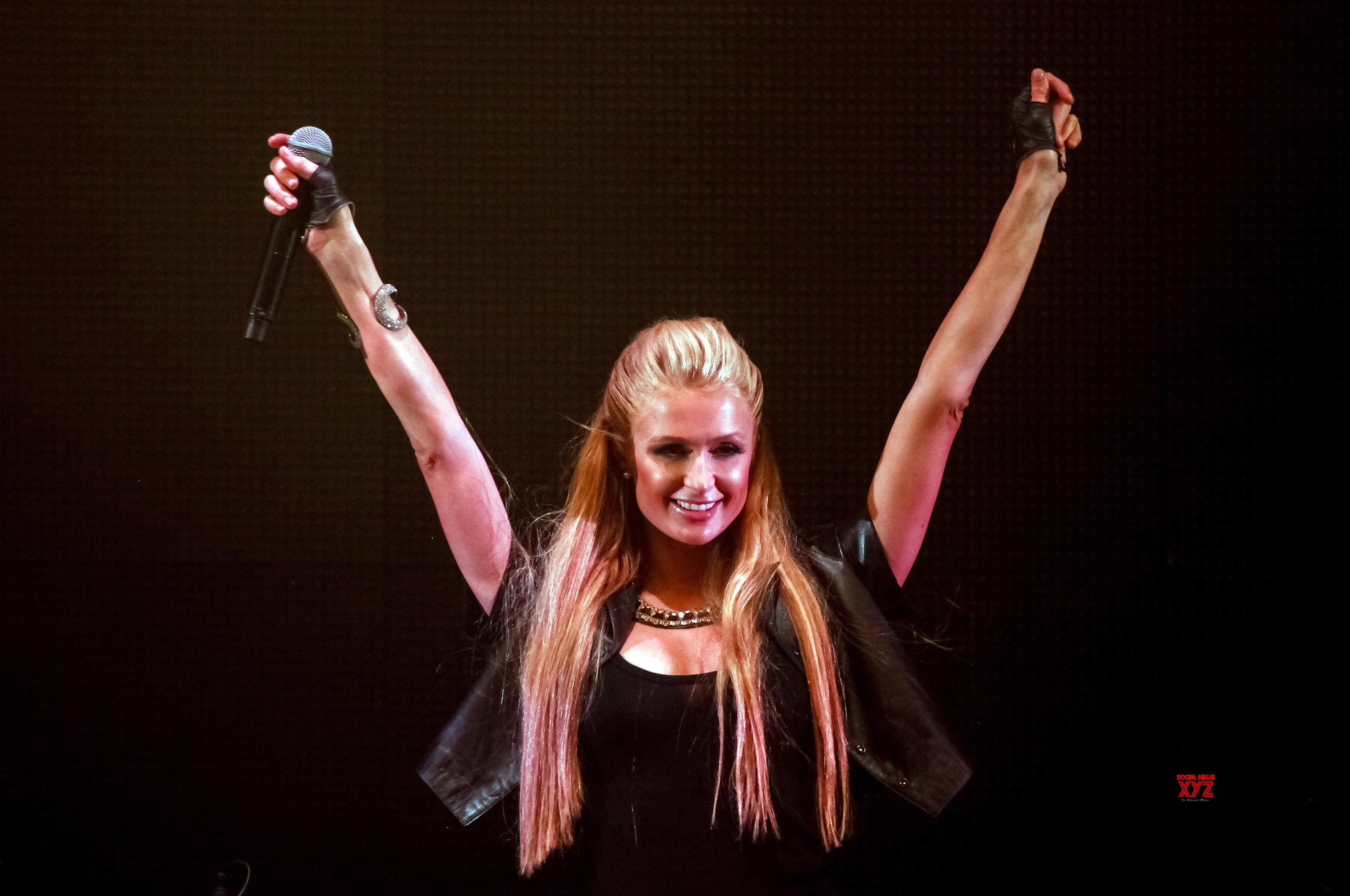 Paris Hilton calls Lindsay Lohan lame, embarrassing