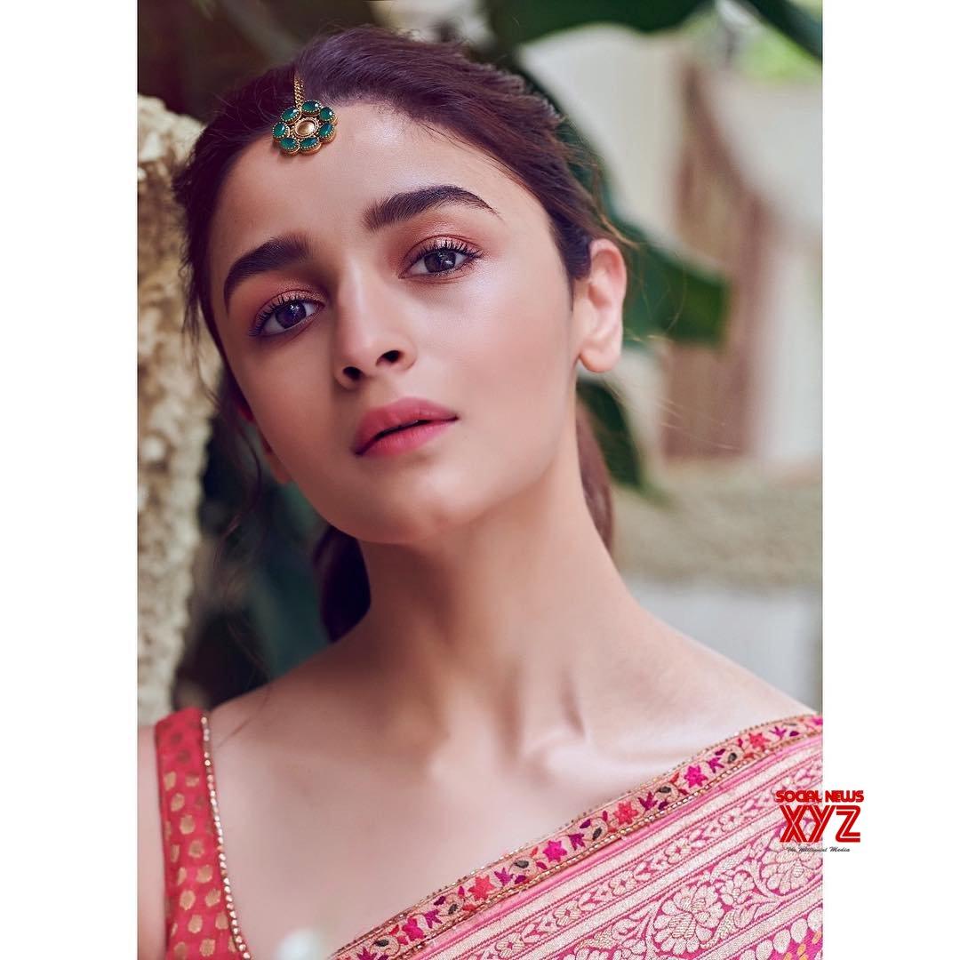Actress Alia Bhatt Stunning Stills In A Saree