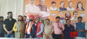 New Delhi: Singer Daler Mehndi joins BJP in the presence of Union Ministers Vijay Goel and Harsh Vardhan and party leaders Manoj Tiwari and Hans Raj Hans in New Delhi, on April 26, 2019. (Photo: IANS)