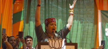 Palampur: Union Minister Smriti Irani addresses a BJP rally ahead of the final phase of 2019 Lok Sabha elections, in Himachal Pradesh's Palampur, on May 15, 2019. (Photo: IANS)