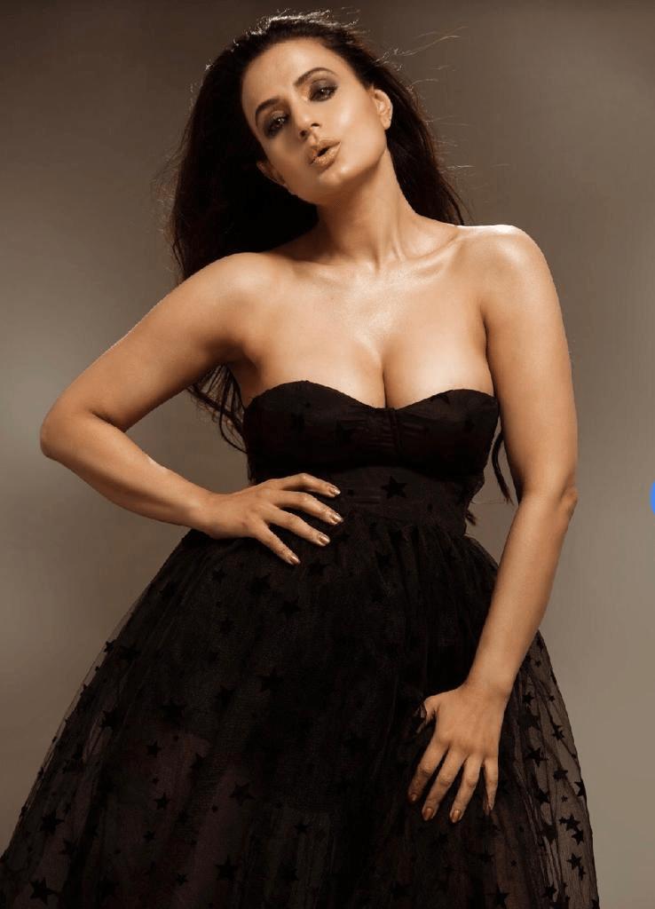Actress Ameesha Patel Hot And Bold New Still - Social News XYZ