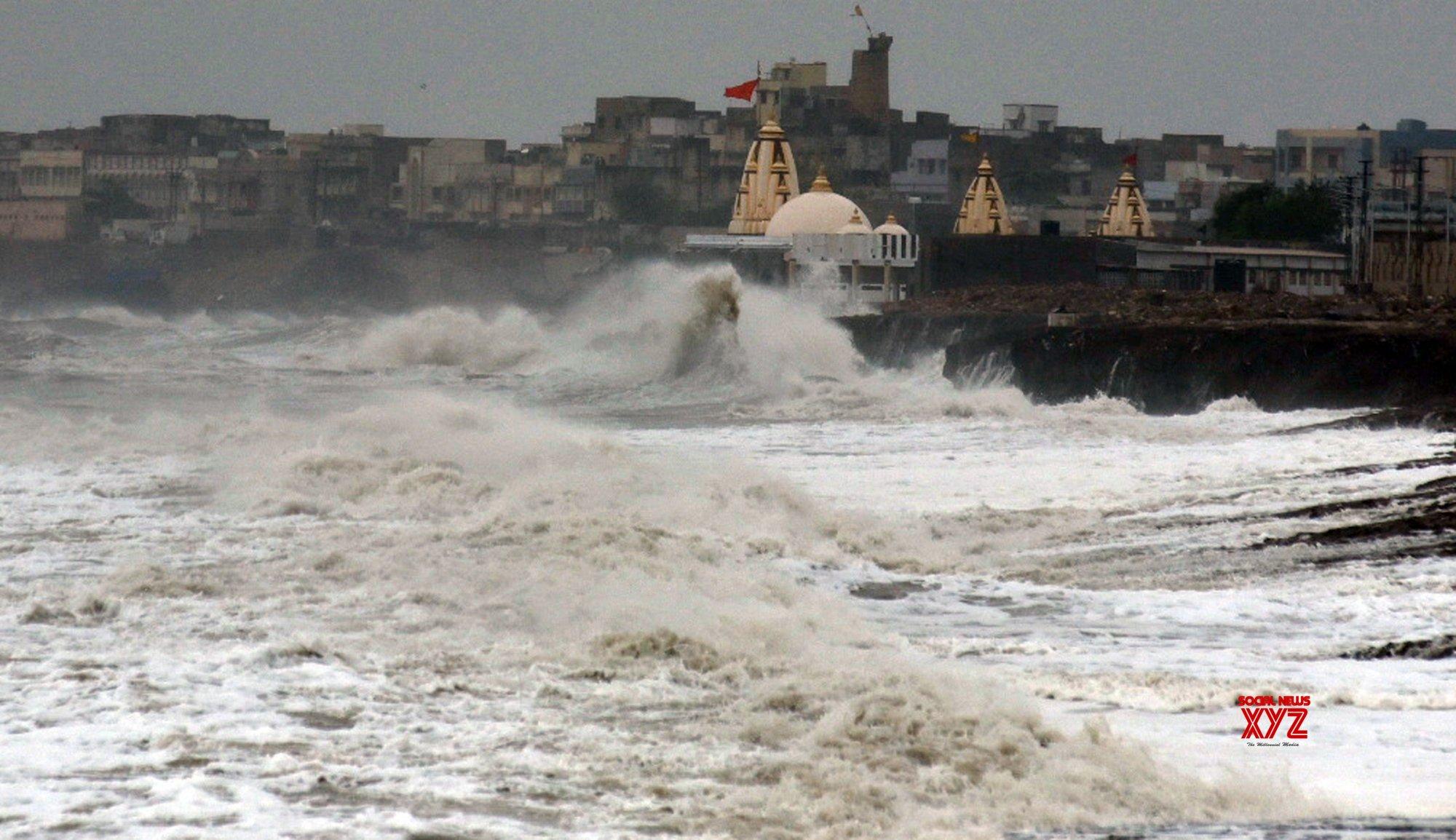 Porbandar (Gujarat): Cyclone Vayu - High waves lash the coast #Gallery