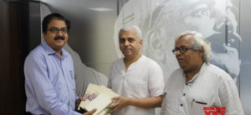 """Pune: Legendary writer and playwright P. L. Deshpande's nephew Dinesh Thakur and film historian Satish Jakatdar hand over a rare footage of the iconic Marathi film, """"Vande Mataram"""" (1948) - in which Deshpande and his wife Sunita essayed the lead roles, to National Film Archives of India (NFAI) Director Prakash Magdum in Pune on July 9, 2019. Besides the film footage cassette, there are two U-Matic tape containing about an hour of rare footage of Deshpande playing the harmonium, of which he was an acknowledged exponent. (Photo: IANS)"""