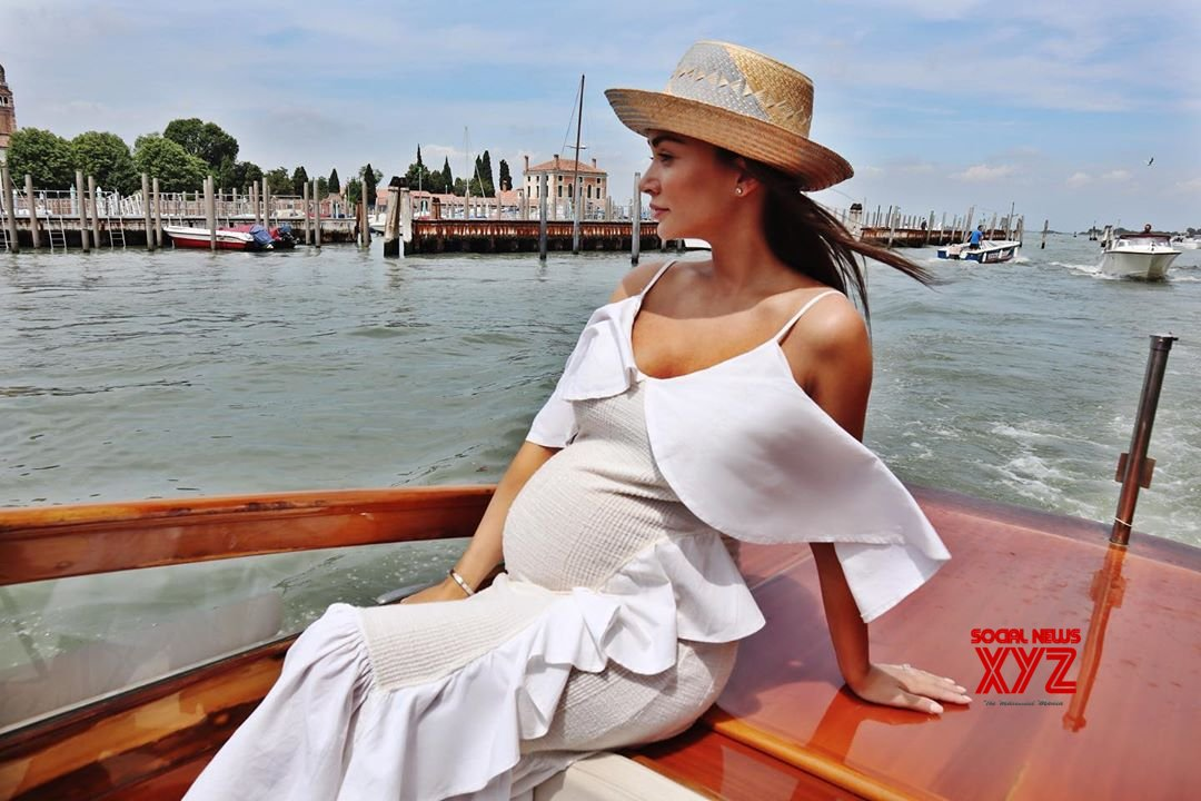 Amy takes boat ride flaunting baby bump