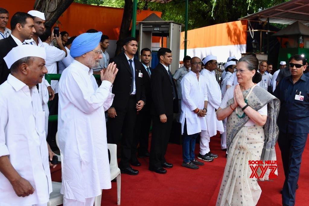 New Delhi: Sonia Gandhi unfurls national flag at Congress HQ (Batch - 2) #Gallery