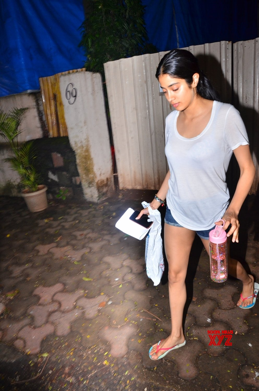 Mumbai: Janhvi Kapoor seen at Versova #Gallery