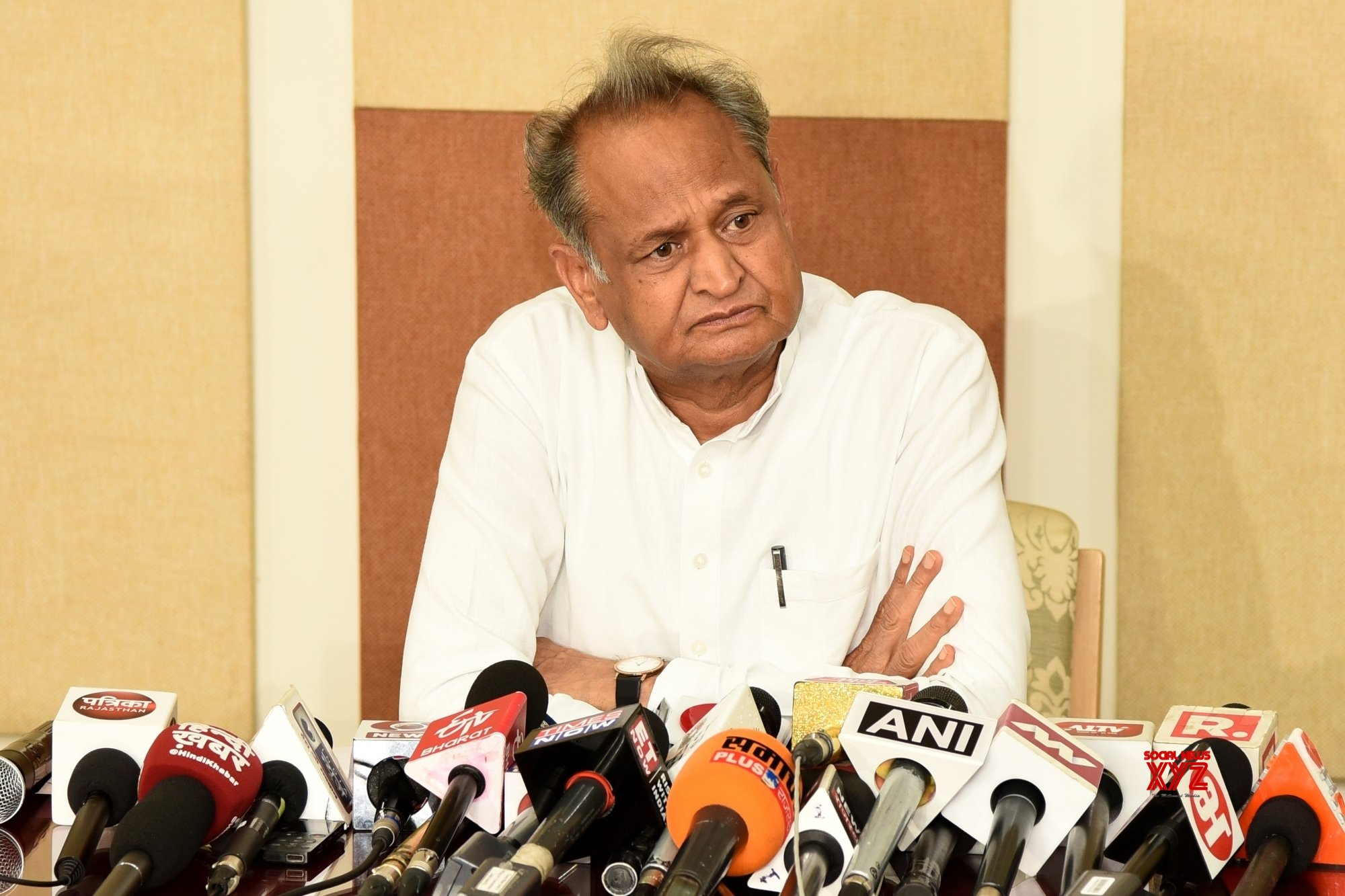 Gehlot adds fuel to tiff over liquor with Rupani