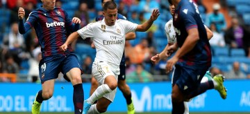 Real Madrid's Eden Hazard (C) and Levante's Clerc vie for the ball during a Spanish league soccer match between Real Madrid and Levante in Madrid, Spain, on Sep 14, 2019. Real  Madrid won 3-2. (Xinhua/Edward F. Peters)