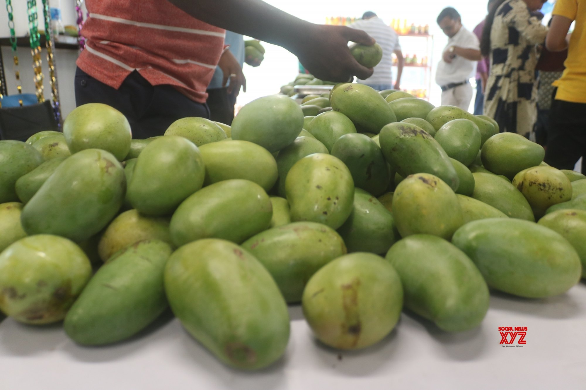 Delhi: Unruly crowd robs street vendor of mangoes worth thousands