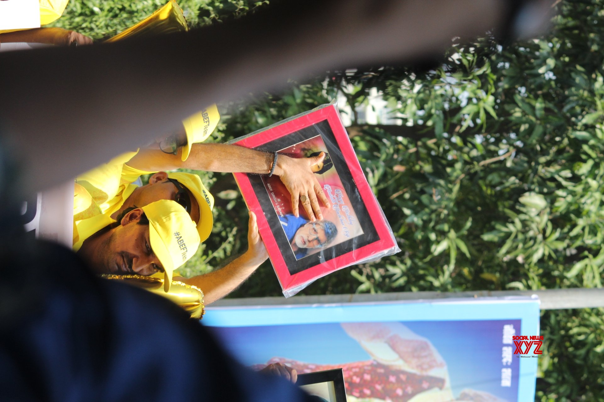 Mumbai: Amitabh Bachchan greets fans outside his residence on 77th birthday #Gallery