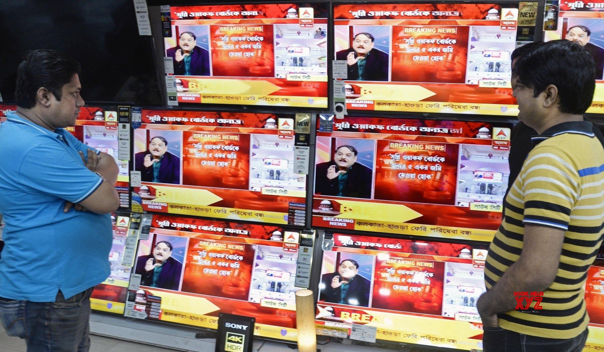 Kolkata: People watch SC's Ayodhya verdict telecast #Gallery