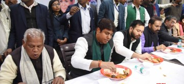 Patna: HAM-S chief Jitan Ram Manjhi, Vikassheel Insan Party chief Mukesh Sahani, RJD leader Tejashwi Yadav, Congress leader Shaktisinh Gohil and RLSP chief Upendra Kushwaha relish 'dahi chooda' made with flattened rice and curd, during Makar Sankranti celebrations in Patna on Jan 15, 2020. (Photo: IANS)