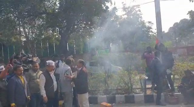 New Delhi: Poll victory celebrations at AAP office #Gallery