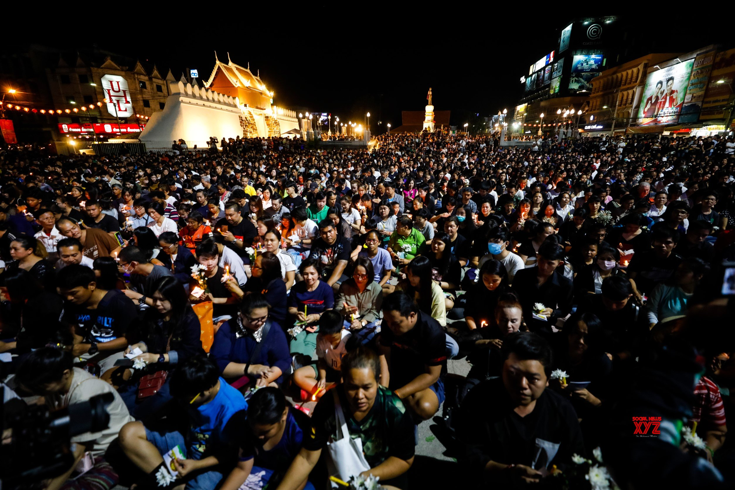 Buddhist monks lead prayer vigils for Thai mall victims