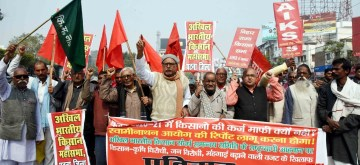 Farmers under the banner of All India Kisan Sabha (AIKS) protest over their various demands, in Patna on Feb 13, 2020. (Photo: IANS)