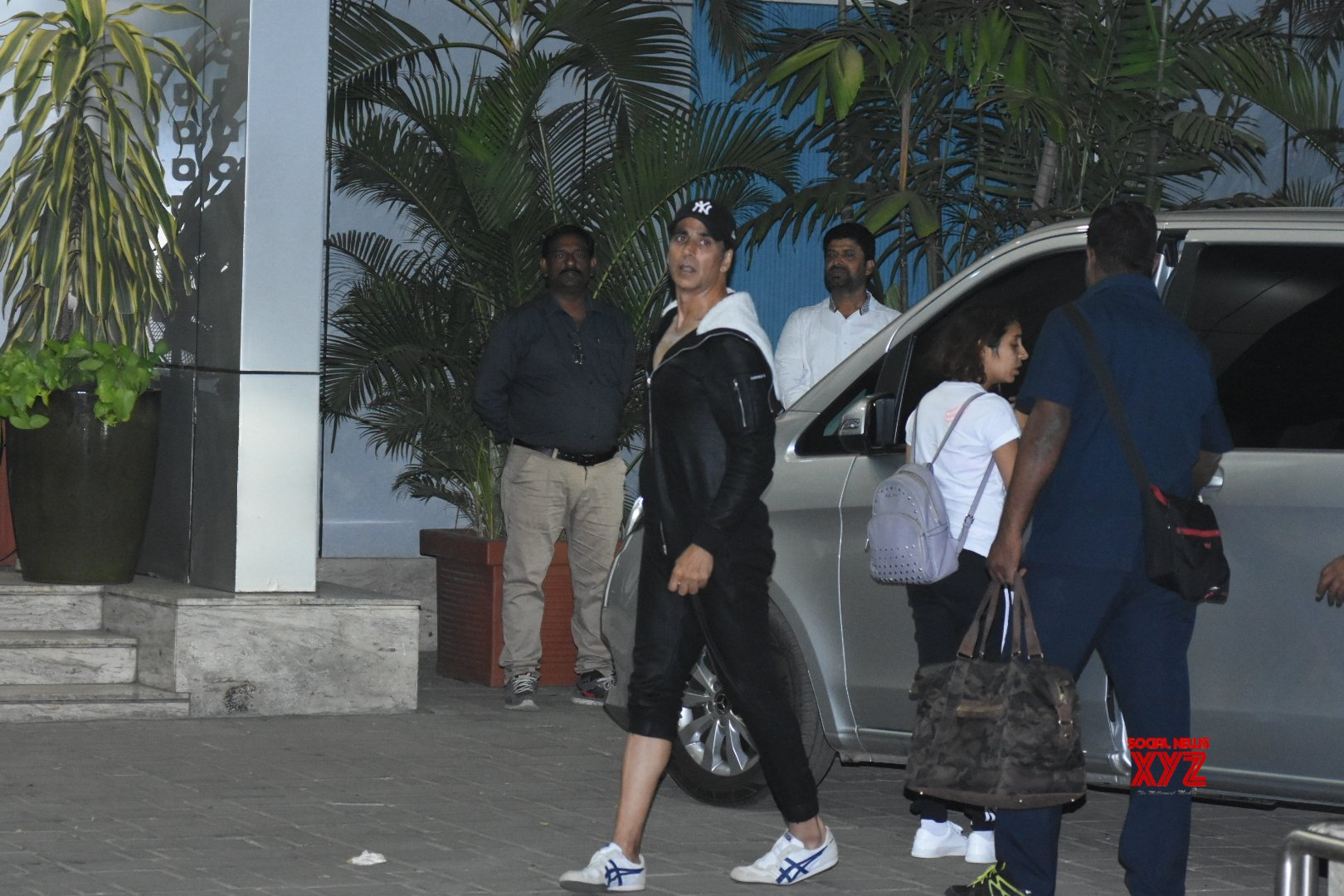 Akshay Kumar And Manish Paul At Airport In Kalina Gallery