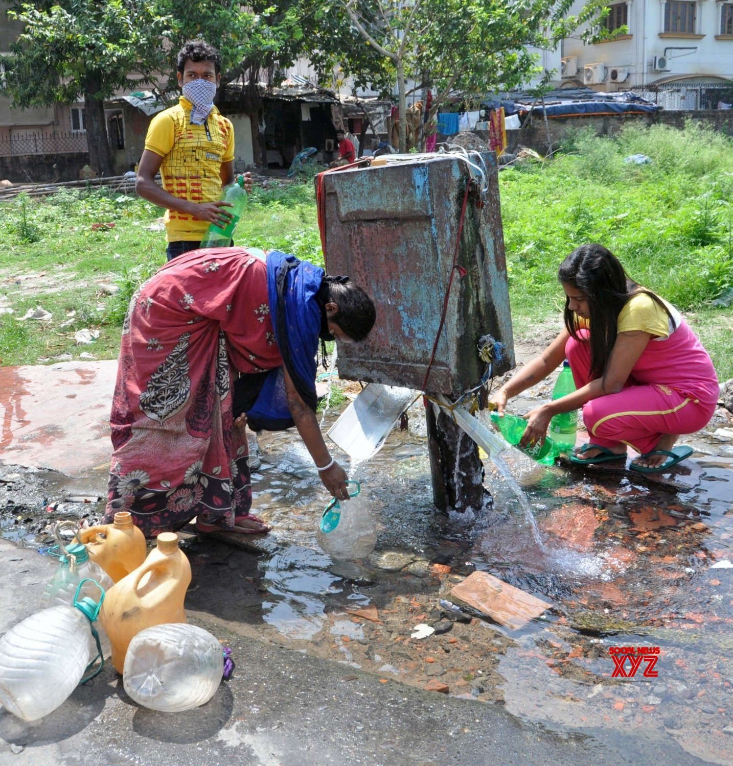 Kolkata: People collect drinking water from leaking municipal water supply line amid COVID - 19 pandemic #Gallery
