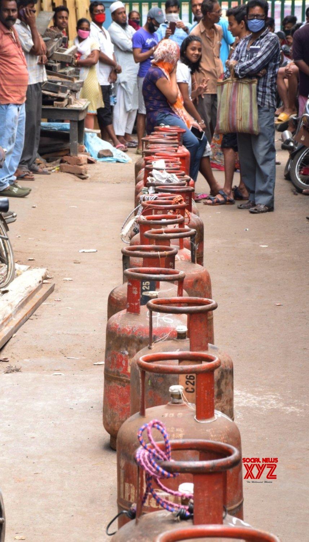 Kolkata: People queue up to buy LPG Gas cylinders amid lockdown #Gallery