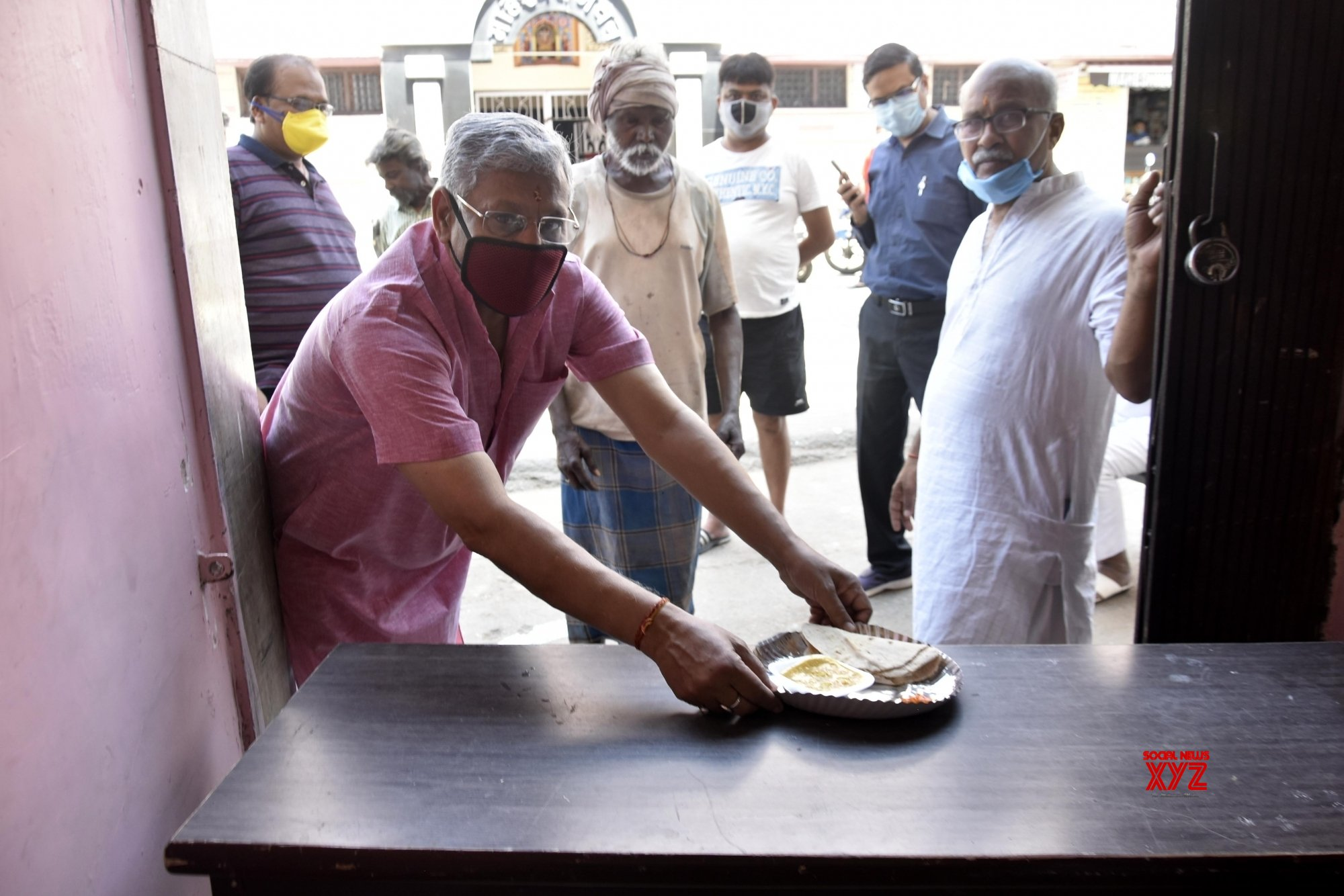 Ranchi: Marwari Charitable Society distributes food to the needy on Day 2 of total lockdown #Gallery