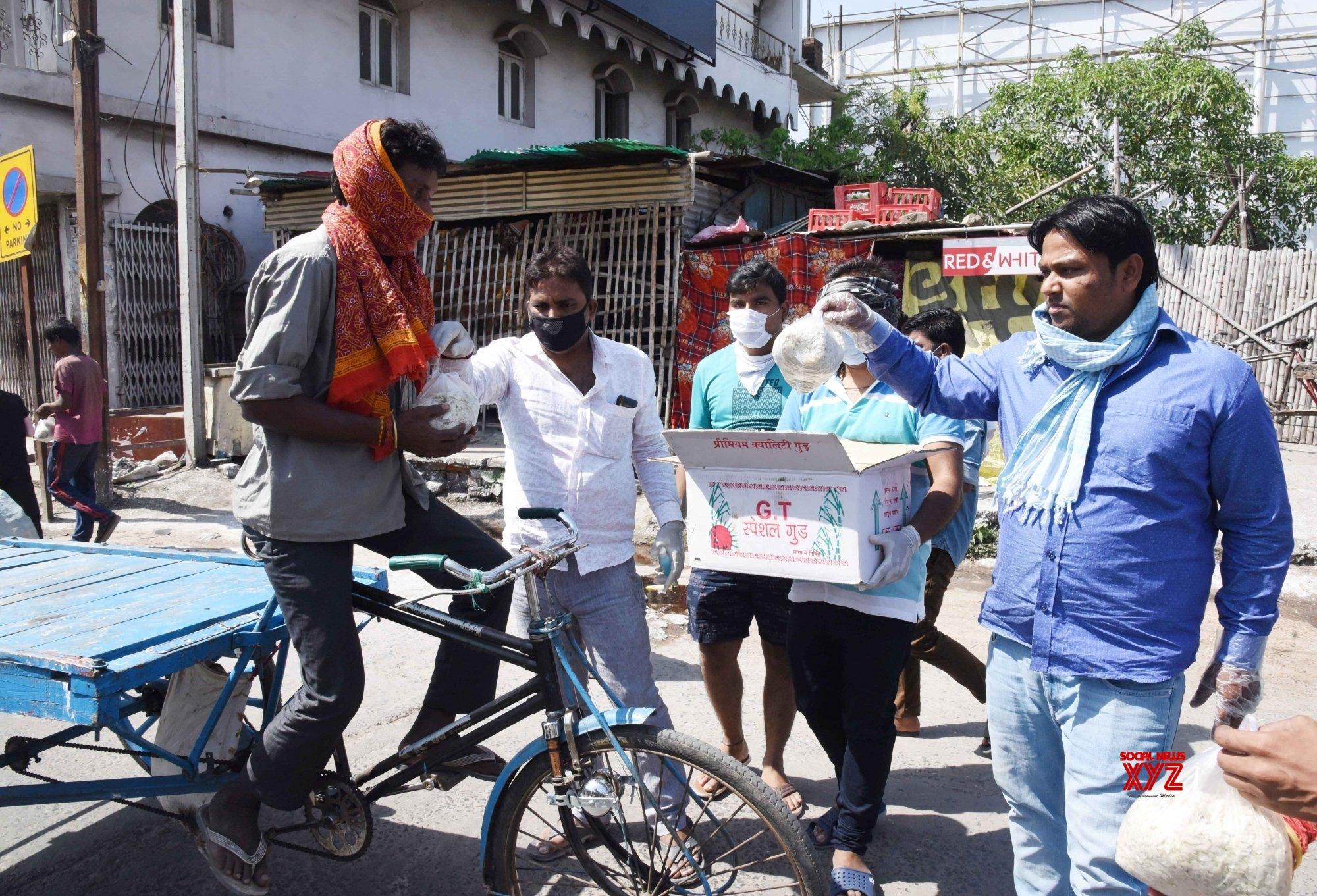 Patna: Railways employees distribute relief materal among poor amid lockdown #Gallery